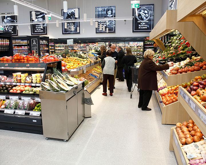 Clientes comprando fruta en BM